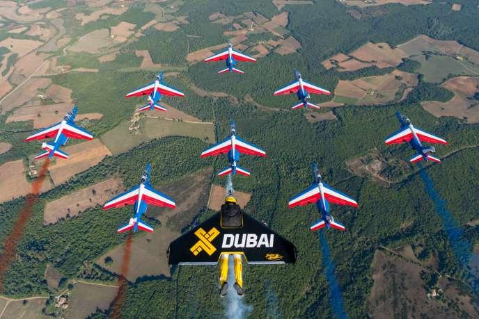 Le « Jetman » Yves Rossy et son aile rigide à réacteur, en formation avec les avions de la patrouille de France.