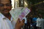Devant la Reserve Bank of India (RBI), la banque centrale indienne, à Bombay, le 10 novembre.
