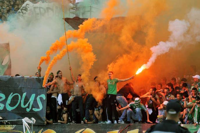 Des supporteurs du club de foot du Raja au stade de Casablanca le 20 décembre 2015.
