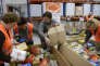Rangement des denrées alimentaires données à la sortie de magasins à l'entrepôt de stockage de la banque alimentaire de Marseille en 2012.