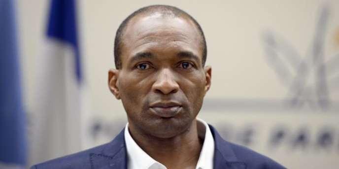 Michel Thierry Atangana à son arrivée à l'aéroport de Roissy-Charles de Gaulle, le 28 février 2014, après dix-sept ans passés dans une prison camerounaise.