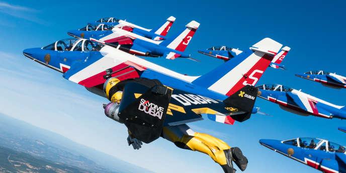 Extrait du vol humain réalisé par Yves Rossy (photo), Vince Reffet et Fred Fugen avec les avions de la patrouille de France.