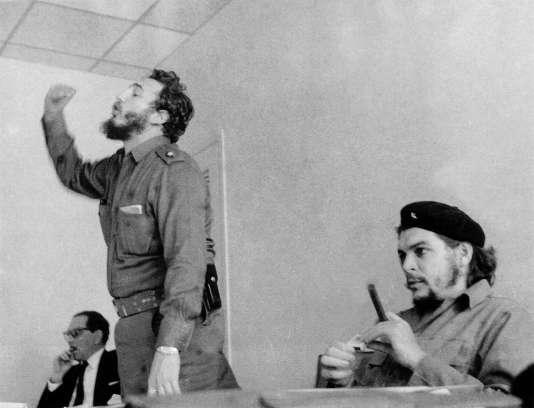 Fidel Castro et Ernesto« Che» Guevara ensemble lors d'un meeting dans les années 1960.
