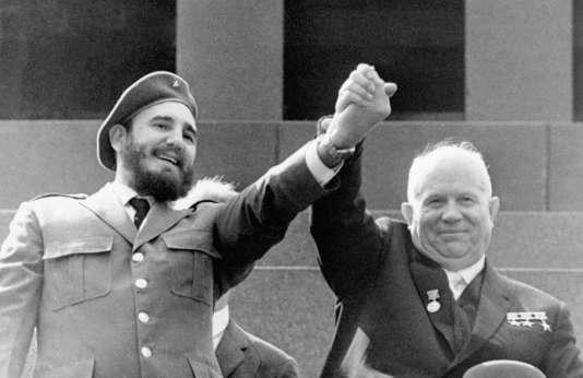 Fidel Castro et Nikita Khrouchtchev, le 1er mai 1963, à Moscou.