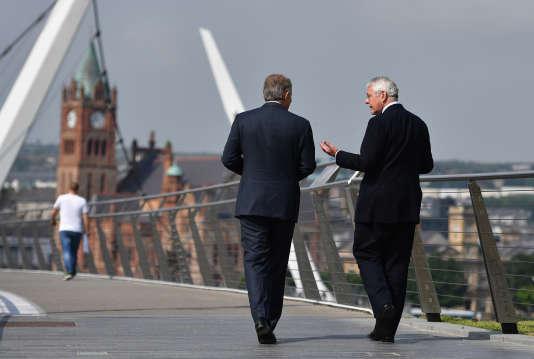 Tony Blair et John Major sur le pont de la Paix, à Derry, en Irlande, le 9 juin 2016.