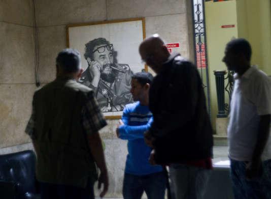 Des Cubains rassemblés dans les locaux de l'assemblée populaire, à La Havane, après l'annonce de la mort de Fidel Castro, le 26 novembre.