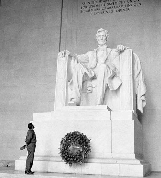 Fidel Castro au Lincon Memorial de Washington D.C., en 1959.