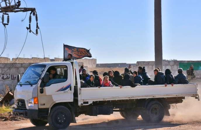 Des habitants d'Alep-Est arrivent dans le quartier Jibrin, dans la banlieue sud-est de la ville tenue par les forces du gouvernement.