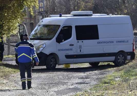 Un gendarme se dirige vers un véhicule de l'identification judiciaire, le 27 novembre, près de Tarascon-sur-Ariège.