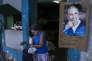 """«Le monde s'obstine aujourd'hui à nous vendre ce produit périmé, ce produit de marketing inventé par Castro Ier et acheté par la planète entière : Lui et sa Révolution». (Photo de Fidel Castro légendée """"tu vivras toujours dans nos cœurs"""" à l'entrée d'un marché du centre de La Havane)."""