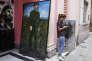 «Je comprends l'allégresse de certains de mes compatriotes exilés, qui tient davantage d'un exutoire que d'un véritable bonheur. Mais le castrisme est toujours vivant bien que décrépit».(Photo : une jeune Cubain consulte son téléphone portable devant une peinture de Fidel Castro à l'entrée du Musée du Comité de défense de la révolution dans le vieux centre de La Havane).