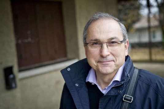 Portrait de Michel Mulhauser au bureau de vote de Saint Didier-au-Mont d'Or (Rhône), le 27 novembre.