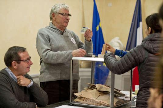 Contrairement au premier tour, le 20novembre,et sa forte affluence du matin, dimanche 27novembre les électeurs se sont déplacés tout au long de la journée, de manière plus régulière. Ici à Collonges-au-Mont-d'Or, dans la banlieue lyonnaise, le 27 novembre.