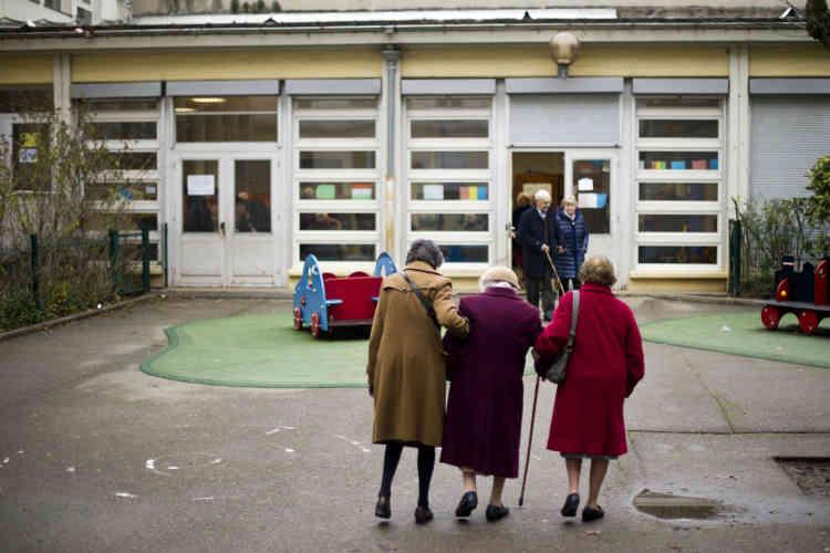 Dans un bureau de vote du 6e arrondissement de Lyon. Dès la mi-journée la participation était en hausse de 12 % par rapport au premier tour.