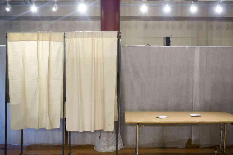 Dans le bureau de vote de Saint-Didier-au-Mont-d'Or (Rhône).