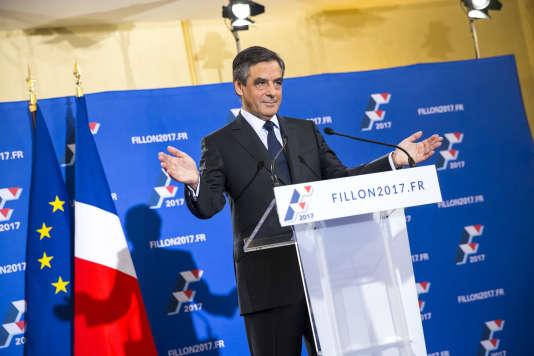 François Fillon, parle devant la presse après la clôture du vote de la primaire de la droite et du centre, à la Maison de la Chimie à Paris, dimanche 27 novembre.