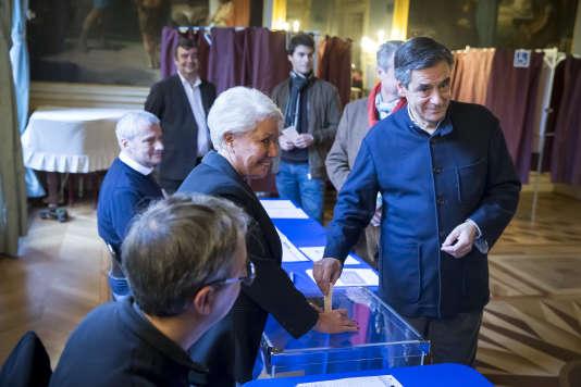 François Fillon, candidat à la primaire de droite, vote à la mairie du 7e arrondissement, à Paris, dimanche 27 novembre.