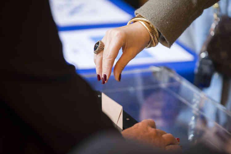 Dans un bureau de vote du 7e arrondissement de Paris.