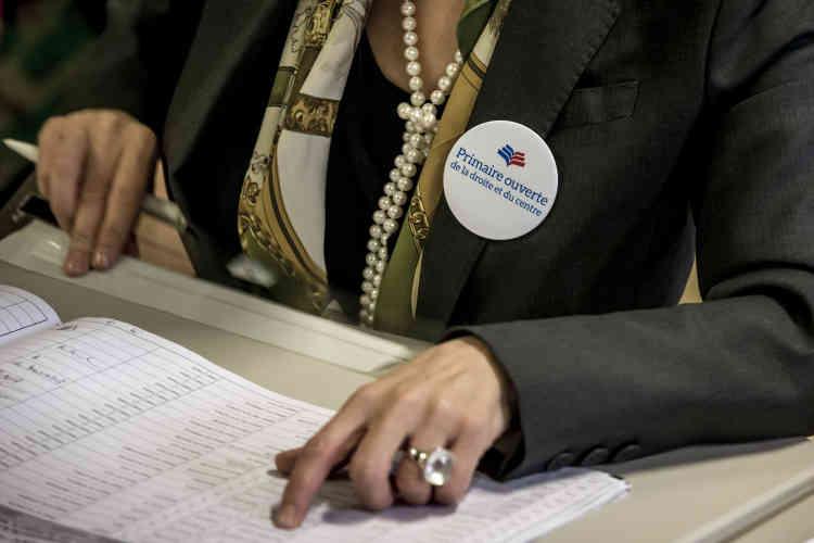 Dans le bureau de vote de la rue de Verneuil dans le 7e arrondissement de Paris.