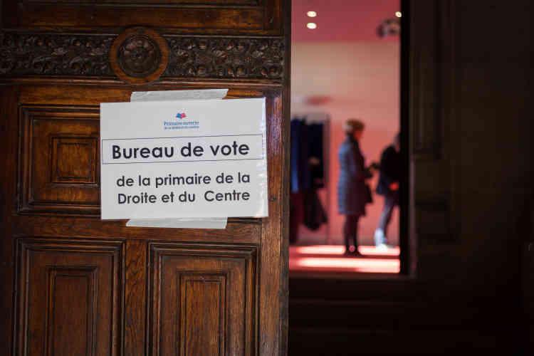 Au bureau de vote de l'hôtel de ville d'Angoulême.Nombre d'électeurs se sont mobilisés dès le début de la matinée, notamment pour éviter les longues files d'attente du dimanche précédent.