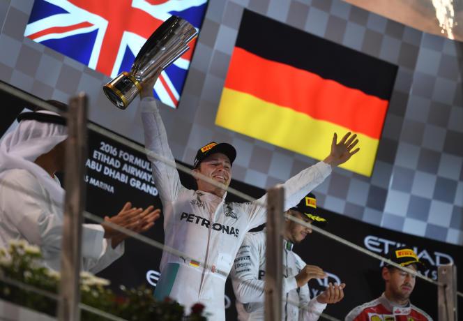 Nico Rosberg célèbre son titre de champion du monde, dimanche 27 novembre à Abou Dhabi.