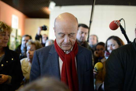 Alain Juppé  vient voter au bureau Paul Doumer à Cauderan pour le deuxième tour des primaires de la droite et du centre
