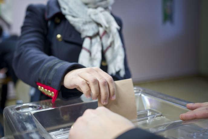 Lors du second tour de la primaire de la droite, dans un bureau de vote de Champagne-au-Mont-d'Or, dans la région lyonnaise, le 27 novembre.