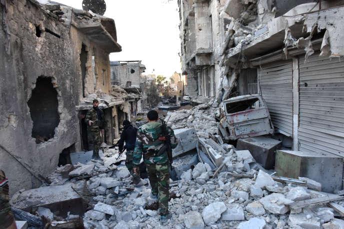 Des soldats des forces loyales à Bachar Al-Assad patrouillent dans un des quartiers d'Alep-Est repris à la rébellion par le régime, le 28 novembre.