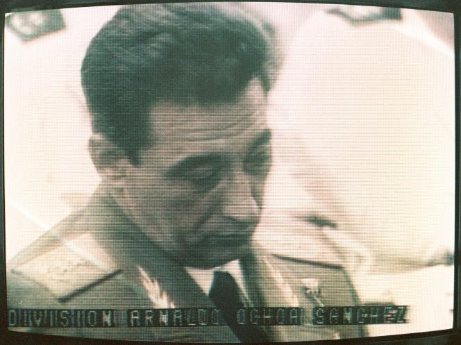 Arnaldo Ochoa à la télévision cubaine, le 25 juin 1989. Avec le procès et l'exécution de ce général respecté, pour corruption et trafic de drogue, le régime Castro a voulu démontrer son autorité sur Cuba.
