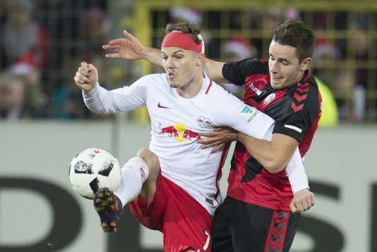 Le joueur de Fribourg Christian Guenter (à droite) à la lutte avec l'attaquant de Leipzig Marcel Sabitzer, vendredi 25 novembre.
