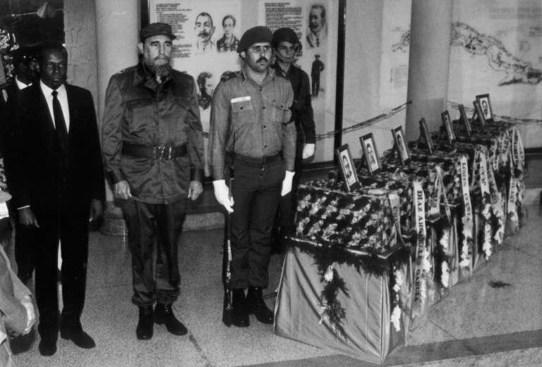 L'actuel président angolais, José Eduardo dos Santos avec Fidel Castro rendant les honneurs militaires au soldats moryts au combat en décembre 1989.