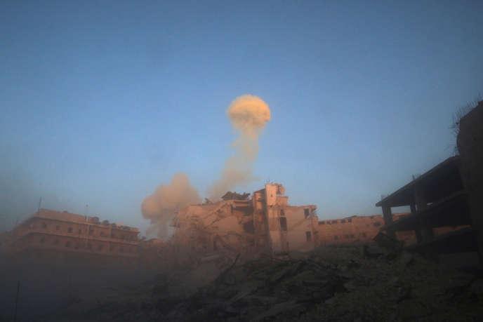 Après une frappe sur le quartier Al-Chaar d'Alep tenu par les rebelles, le 26 novembre.