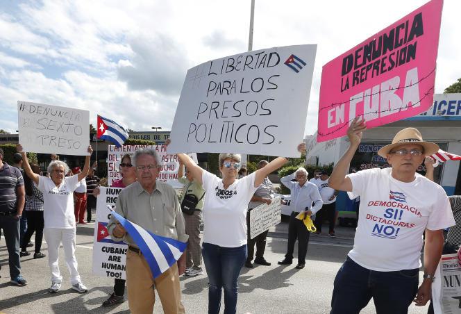 Des cubains étasuniens réclament plus de liberté à Cuba, au lendemain de la mort de Fidel Castro, à, Miami, le 27 novembre.