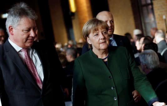 Bruno Kahl, le patron des services secrets allemands, et la chancelière Angela Merkel, le 28 novembre, à Berlin.