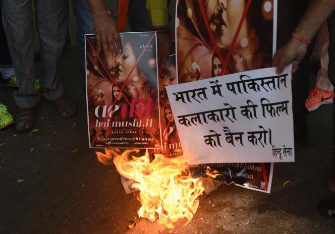 Des activistes indiens brûlent des affiches du film«Ae dil hai mushkil», avec un acteur pakistanais, à New Delhi, le 24 octobre 2016.