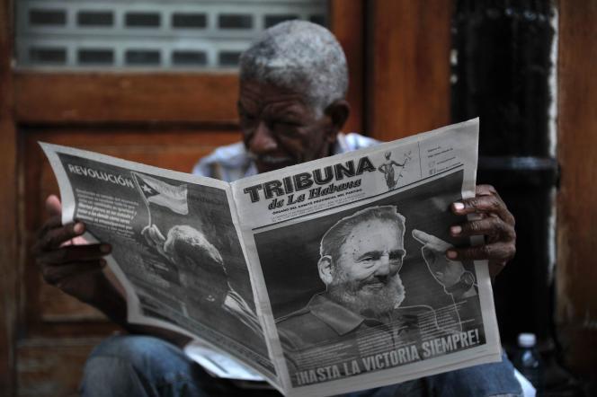 «L'expérience cubaine dans sa multiplicité ne peut en aucun cas être l'objet d'une analyse qui la juge en termes de pour et de contre». (Un Cubain, plongé dans la lecture d'un journal dont la une est consacrée à Fidel Castro. Dans une rue de La Havane, dimanche 27 novembre).