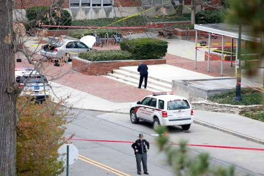 La police sécurise le campus de l'université de l'Ohio où 11 personnes ont été blessées, le 28 novembre.