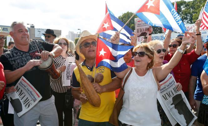 Des cubains étasuniens dansent et jouent de la musique dans les rues du quartier de La Petite Havane, à Miami, le 27 novembre.