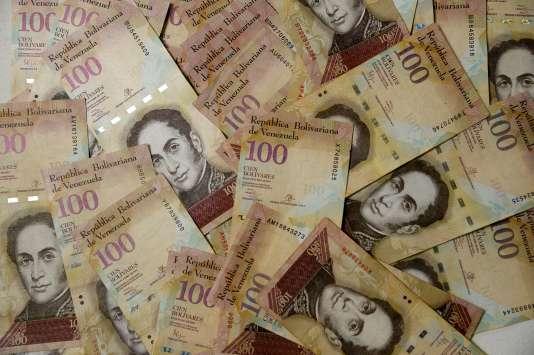 Des billets de 100 bolivars vénézuéliens, photographiés àCaracas, le 20 octobre 2016.