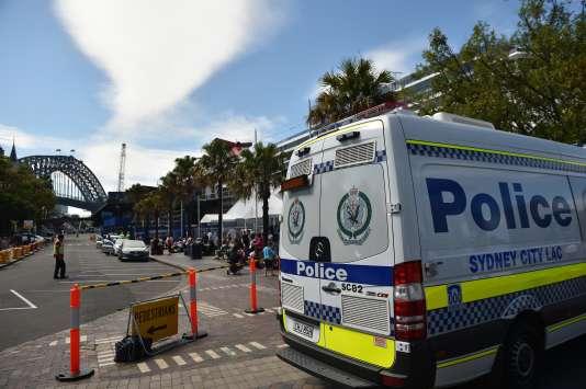La police patrouille à Sydney, le 24 septembre 2014, après qu'un homme a poignardé deux policiers possiblement à l'invitation du djihadiste Neil Prakash.
