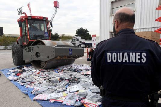 La destruction de produits contrefaits saisis par les douanes françaises, le 15novembre 2016, à Marseille.