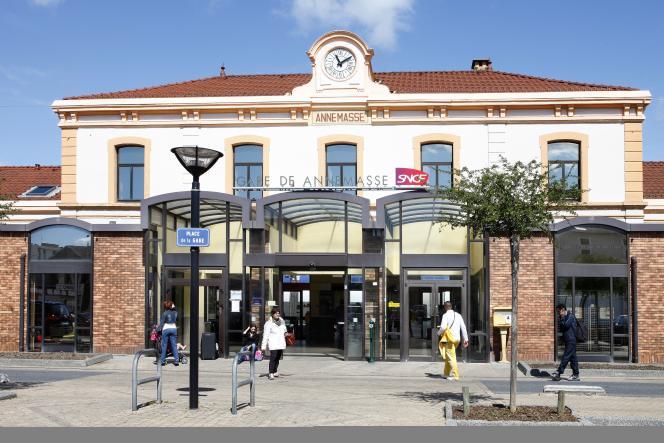 «De 400 000 par an, le nombre de voyageurs grimpera alors à 3,2 millions, nécessitant la reconfiguration complète de la gare actuelle d'Annemasse » (Photo: gare d'Annemasse).