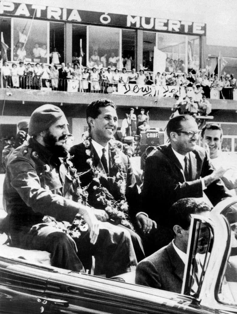 Au centre, leprésident du Conseil algérien Ahmed Ben Bella reçu à Cuba par le président Fidel Castro le 20 octobre 1962.