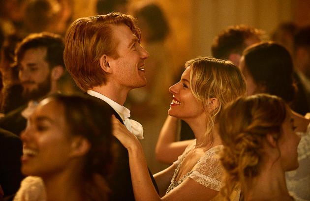 «The Tale of Thomas Burberry», d'Asif Kapadia pourBurberry, avec l'actrice Sienna Miller et sa consœur « instagrameuse »Lily James.