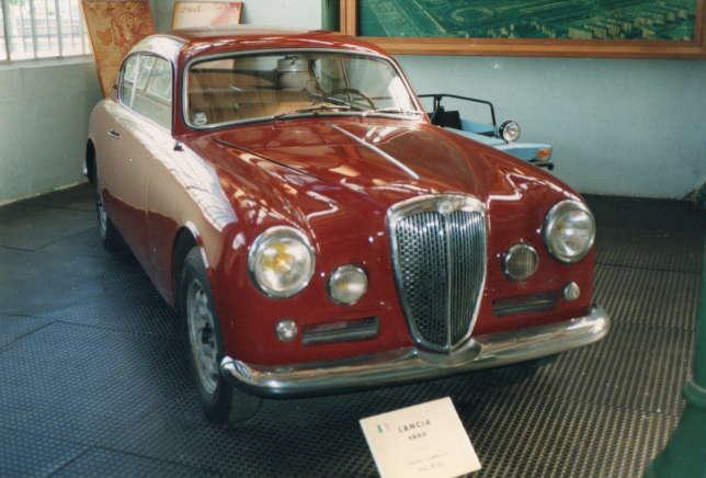 La B20 GT rouge a servi à poursuivre les ravisseurs du professeur Tournesol dans l'album«L'Affaire Tournesol».
