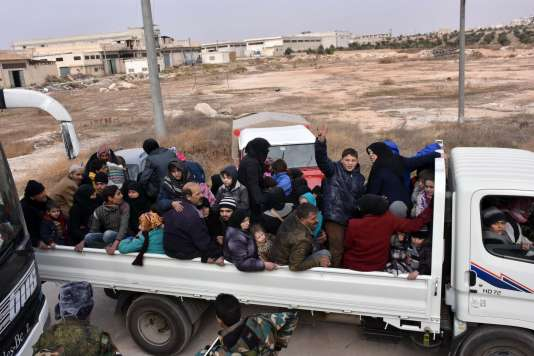 Des milliers de Syriens fuient les quartiers est d'Alep, en proie aux bombardements du régime de Damas et de son allié russe, le 29 novembre.