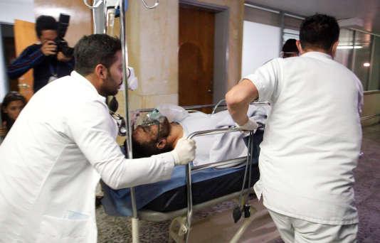 Le joueur de football brésilien Alan Luciano Ruschel du club de Chapecoense reçoit des soins médicaux après un accident d'avion à Antioquia, au centre de la Colombie le 29 novembre.