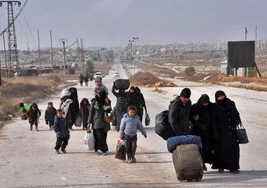 De civils syriens fuyant les bombardements incessants des quartiers est d'Alep, le 29novembre.