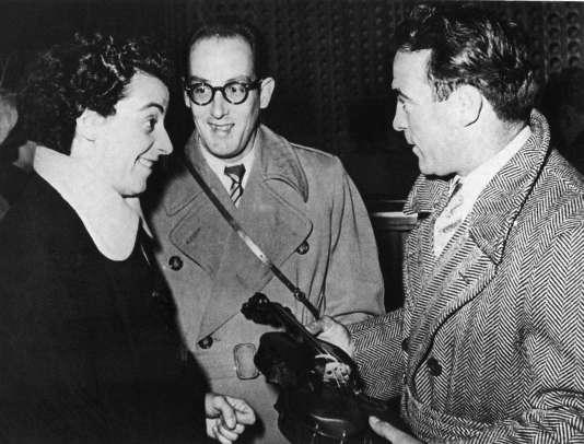 L'ex-champion du monde des poids moyens Marcel Cerdan (D), en compagnie de la violoniste Ginette Neveu, le 27 octobre 1949.