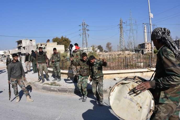 Les forces du régime syrien célèbrent la reprise d'Hadariya, à Alep, le 28 novembre.
